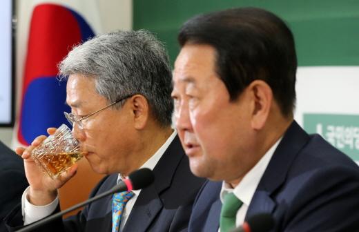 김동철(왼쪽) 국민의당 원내대표와 박주선 비상대책위원장. /사진=뉴스1 안은나 기자