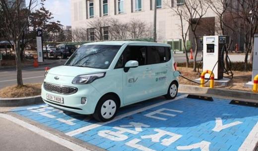 전기차충전소 유료. 사진은 대전시청 주차장에 설치된 급속충전소. /사진=뉴시스