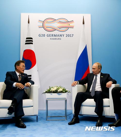 문재인 대통령과 블라디미르 푸틴 러시아 대통령이 7일 오후(현지시간) 주요 20개국(G20) 정상회의가 열린 독일 함부르크 메세에서 양자회담을 하고 있다. /사진=뉴시스 전진환 기자
