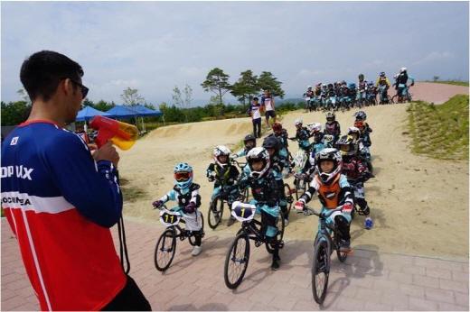 BMX 유소년팀을 대상으로 한 전국순회지도. 이번 순회지도에는 한국계 스페인인 아레한드로 김이 초청됐다. /사진제공=대한자전거연맹