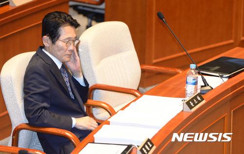 10일 오후 서울 여의도 국회 예산결산특별위원회 회의장에서 열린 전체회의에 자유한국당, 국민의당, 바른정당이 모두 불참한 가운데 윤소하 정의당 의원이 야당 의원 가운데는 유일하게 참석해 자리에 앉아 있다. /사진=뉴시스