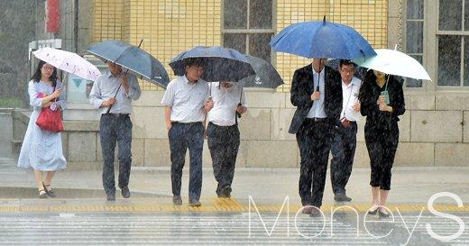 [머니S포토] 게릴라 폭우에 발걸음 재촉하는 시민들