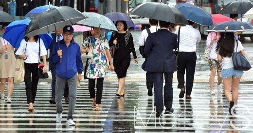 [머니S포토] 작은 우산으로는 안돼요