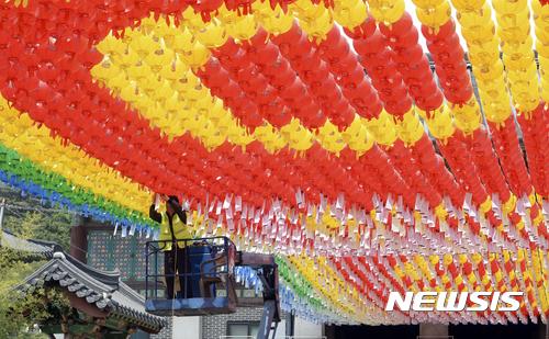 '부처님오신날', 내년부터 공식명칭… 불교계 요청 반영