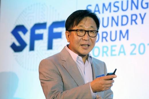 지난 11일 서울에서 열린 '삼성 파운드리 포럼 코리아 2017' 행사에서 삼성전자 파운드리사업부장 정은승 부사장이 참석자들에게 인사말을 전하고 있다. /사진제공=삼성전자