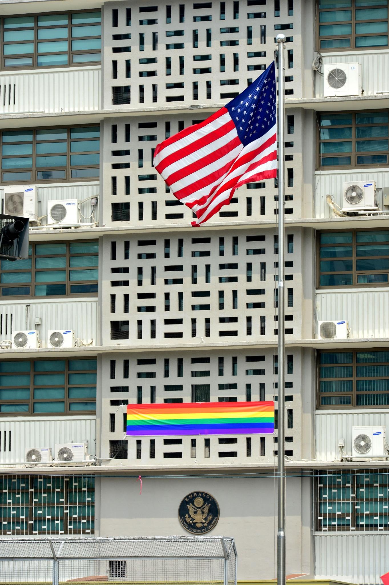 퀴어축제. 지난 13일 오후 서울 종로구 주한 미국대사관 건물에 퀴어문화축제에 지지를 보낸다는 의미로 성소수자를 상징하는 무지개 깃발이 걸려 있다. /사진=뉴시스