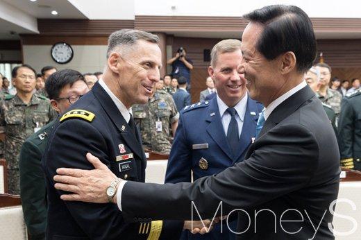 [머니S포토] 한미연합사 장성들과 인사 나누는 송영무 신임 국방장관