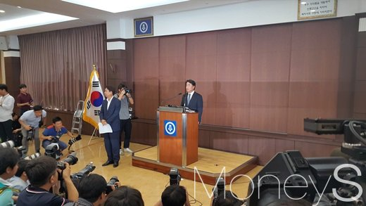 이장한 종근당 회장이 14일 오전 서울 충정로 종근당빌딩에서 기자회견을 열고 운전기사 갑질 논란에 대해 사과하고 있다. /사진=허주열 기자