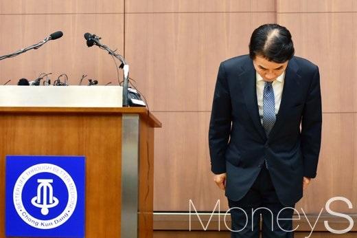 이 회장이 14일 충정로 종근당빌딩에서 기자회견을 열고 운전기사 갑질 논란에 대해 고개 숙여 사과하고 있다. /사진=임한별 기자