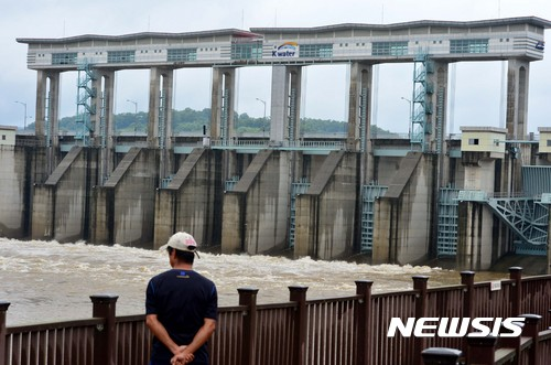 북한 황강댐 또 방류. 사진은 10일 오전 한탄강댐관리단 군남운영센터가 집중호우로 불어난 임진강 수위를 조절하기 위해 군남댐 수문 7개를 개방한 모습./사진=뉴시스