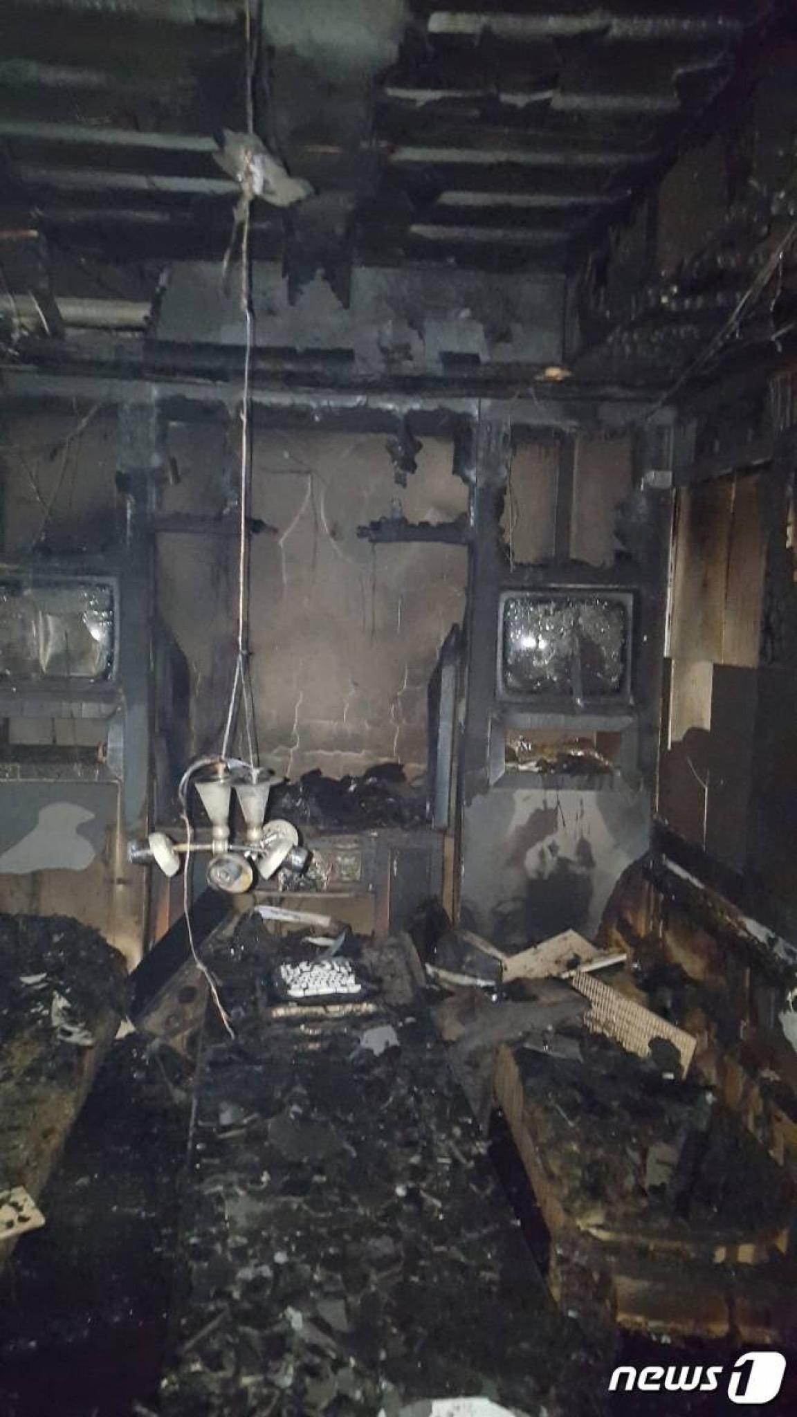 창원 노래방 불. 17일 오후 8시9분쯤 경남 창원시 의창구 한 건물 지하 1층 노래방에서 불이 났다. /사진=뉴스1(창원소방본부 제공)