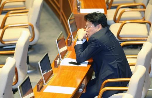 장제원 자유한국당 의원이 22일 오전 서울 여의도 국회에서 열린 본회의에 참석해 자리에 앉아 있다/사진=뉴스1 박정호 기자