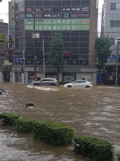 수도권지방에 호우경보가 발령된 23일 오전 인천시 남구 간석동 도로가 집중호우 영향으로 침수되어 차량 통행에 불편을 겪고 있다./사진=뉴시스, 더스토리짐 제공