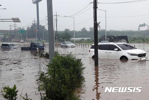 23일 오전 10시께 경기 시흥시 안현동 안현교차로에서 장대비로 도로에 물이 차 차량 5대가 침수됐다. /사진 = 시흥시 제공