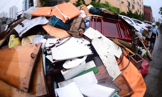 인천시장. 24일 폭우로 수해를 입은 인천 남구 주안동 주택가에 쓰레기가 쌓여 있다. /사진=뉴시스