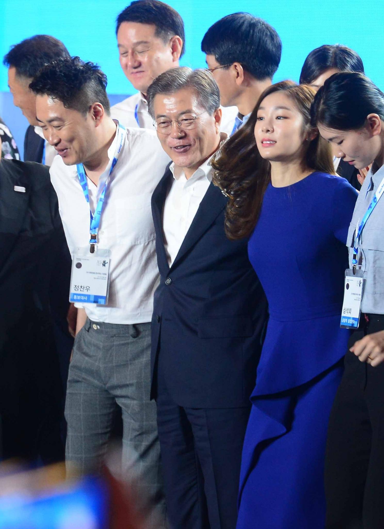문재인 김연아 어깨동무. 문재인 대통령(가운데)과 김연아 전 피겨스케이팅 선수(오른쪽)가 지난 24일 강원 평창군 알펜시아리조트에서 열린 'G-200, 2018 평창을 준비하는 사람들' 2018 평창 동계올림픽대회 및 동계패럴림픽 성공 다짐 대회에서 참석자들과 함께 어깨동무를 하고 기념촬영을 하고 있다. /사진=뉴시스