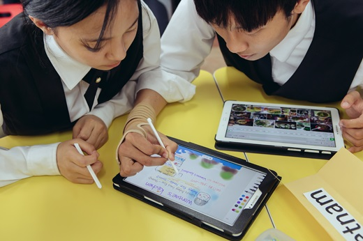 지난달 삼성전자에서 스마트스쿨을 지원하는 한국외식과학고등학교 학생들이 태블릿을 통해 스스로 검색하고 만들어가는 모둠활동을 하고 있다. /사진=삼성전자