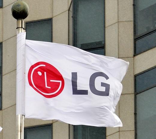 서울 영등포구 여의도 LG화학 본사에 LG를 상징하는 깃발이 펄럭이고 있다. /사진=뉴시스