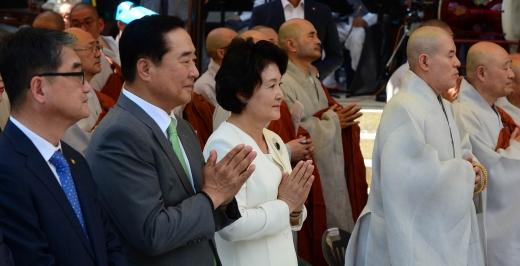 봉은사. 문재인 대통령 부인 김정숙 여사(왼쪽 3번째)가 25일 서울 강남구 봉은사에서 열린 전통문화체험관 준공식에 참석해 합장하고 있다. /사진=뉴시스