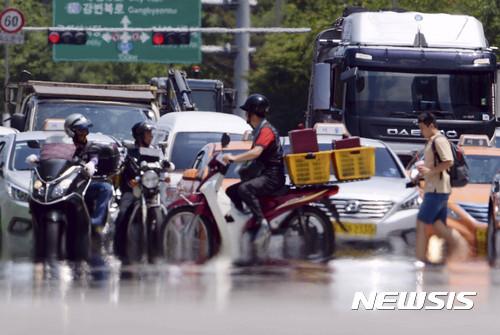[오늘 날씨] 낮 기온 33도 안팎 무더위… 서울·경기 밤부터 비