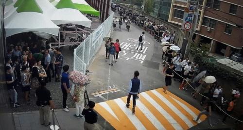 지난 21일, 신길센트럴자이 견본주택을 찾은 관람객들이 붐비고 있다./사진=GS건설