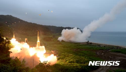 '현무2 미사일' 한미 양국이 동해안에서 실시한 연합 탄도미사일 사격훈련에서 사거리 300km의 현무2 미사일이 발사되고 있다. /사진=뉴시스 (합동참모본부 제공)
