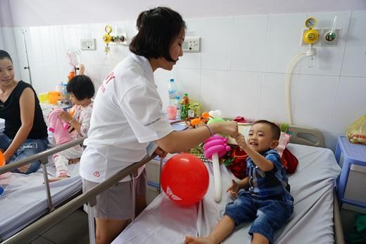 SK 대학생 자원봉사단원이 지난 4일 베트남 호치민시 투득병원에서 수술을 앞둔 아이들의 긴장을 풀기 위해 함께 시간을 보내고 있다. /사진=SK그룹