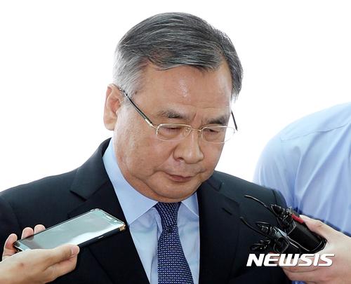 박영수 특검, 법원 출석 중 물세례·고성 봉변