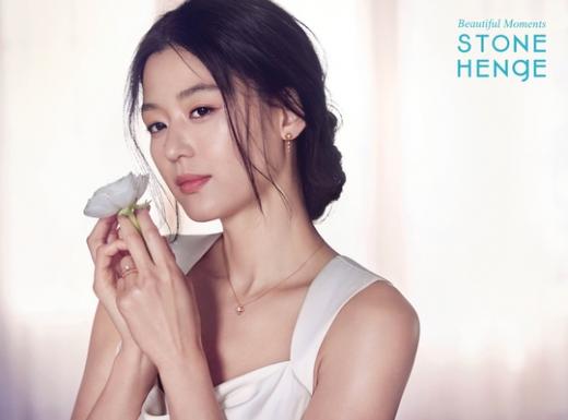 """'둘째 임신' 전지현, 예비 엄마 미모가 이 정도… """"독보적 우아美"""""""