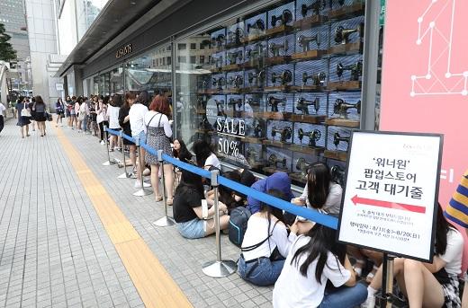 롯데 영플라자 '워너원' 특설 매장 오픈 전 고객들이 줄 서서 대기하는 모습. /사진=롯데백화점