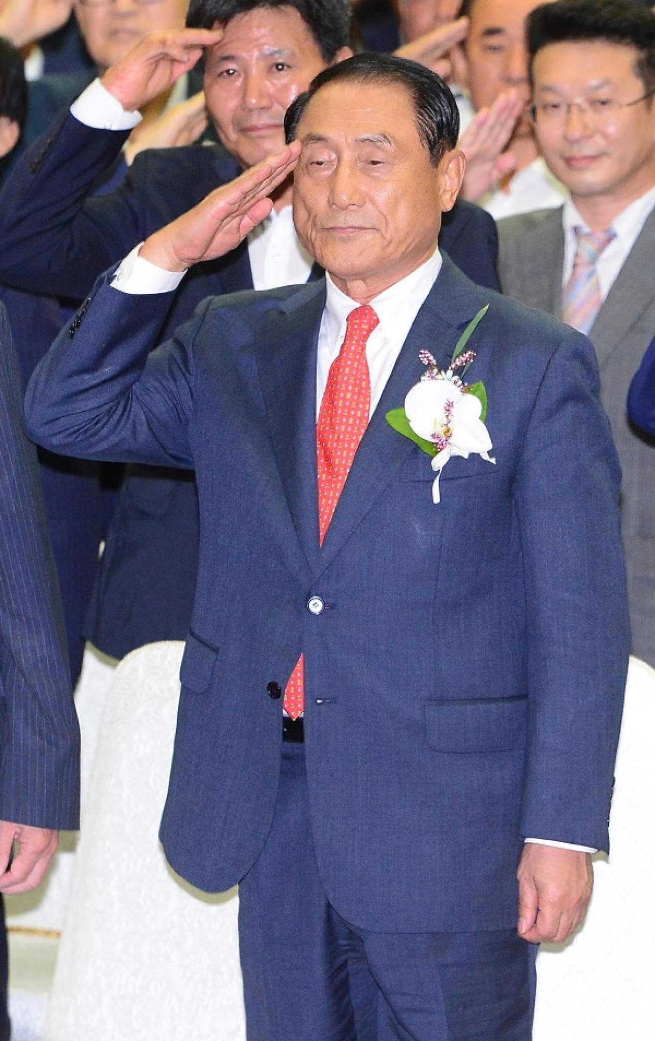 11일 오후 서울 영등포구 공군회관에서 열린 재향군인회 제36대 회장 선거에서 당선된 김진호 신임 회장(전 합참의장, 예비역 대장, 학군 2기)이 국기에 대한 경례를 하고 있다. /사진=뉴시스