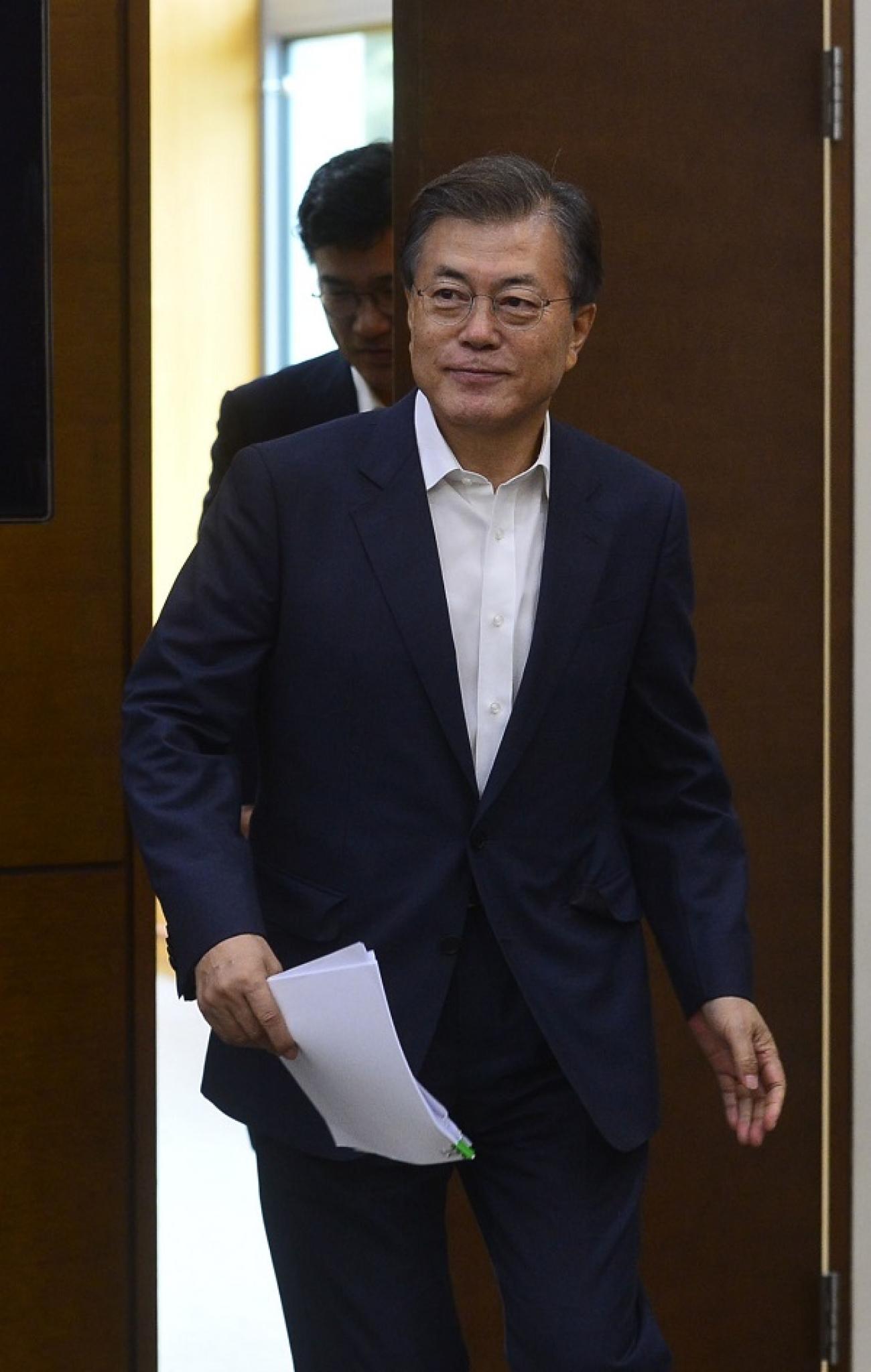 문재인 대통령이 지난 10일 수석 보좌관회의가 열리는 청와대 여민관 소회의실에 입장하고 있다. /사진=뉴시스