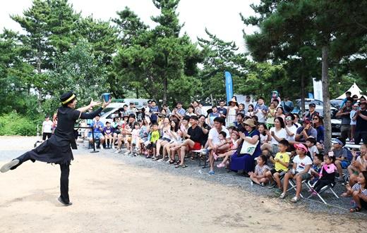 참가자들이 마술사의 자이언트버블쇼를 감상하고 있다. /사진=쌍용자동차 제공
