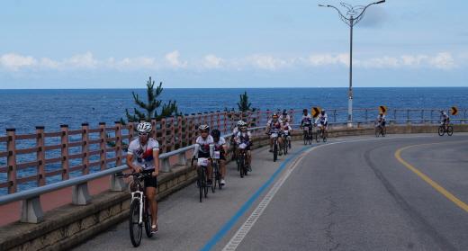 동해안자전거길을 달리는 1차 국토순례 참가자들. /사진제공=대한자전거연맹