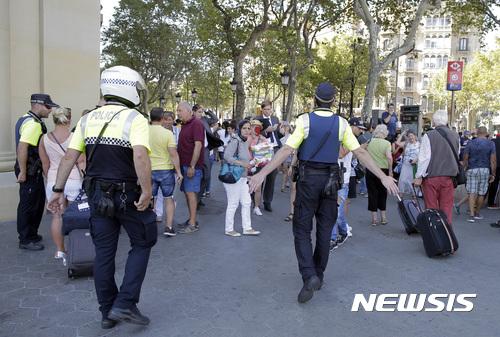 스페인 차량테러. 바르셀로나 테러. 17일(현지시간) 스페인 바르셀로나에서 차량이 인도로 돌진해 최소 13명이 사망하고 80명이 부상하는 사건이 발생했다. /사진=뉴시스(AP 제공)