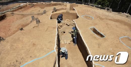 유네스코 세계문화유산에 등재된 충남 부여 '능산리 고분군'에서 백제 왕릉급으로 추정되는 고분이 추가로 확인 됐다. /사진=뉴스1