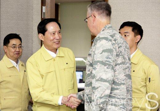 [머니S포토] 미 전략사령관과 악수 나누는 송영무 장관