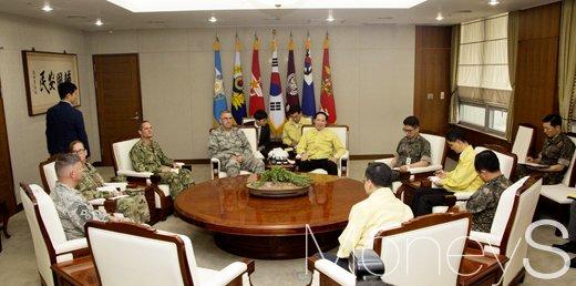[머니S포토] 북한 대응 논의, 미 전략사령관 만난 송영무 장관