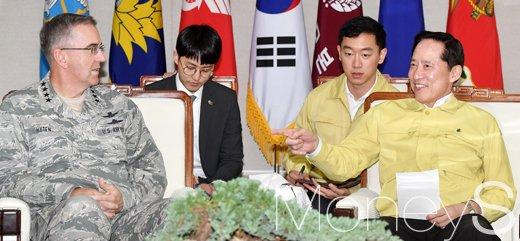 [머니S포토] 화기애애한 송영무 장관과 미 전략사령관