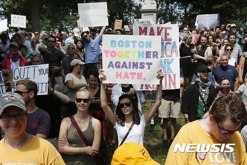 인종차별. 19일(현지시간) 미국 매사추세츠 주 보스턴에서 인종차별주의에 반대하는 시위가 진행됐다. /사진=뉴시스(AP 제공)