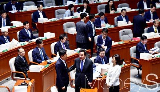[머니S포토] 국회 예결위 출석한 이낙연 총리