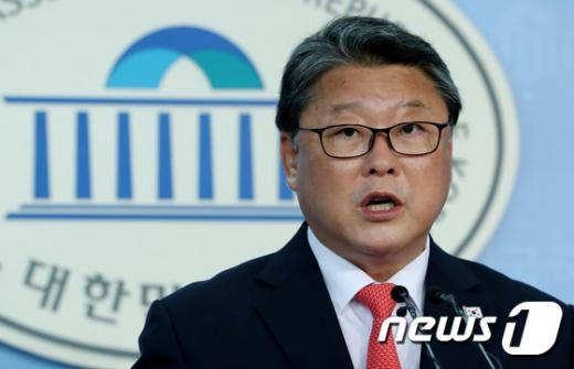 """조원진 """"홍준표씨는 정치 잡X""""… '박근혜 출당 논의' 맹비난"""