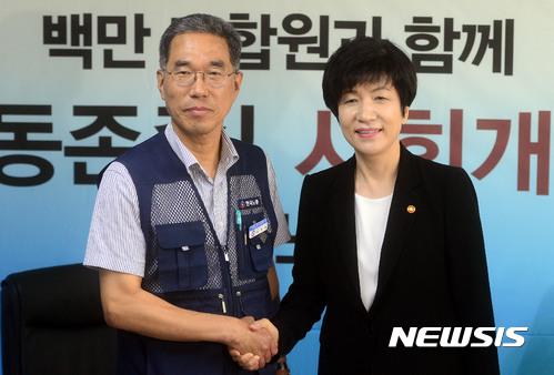 김영주 고용노동부 장관(오른쪽)이 21일 한국노총을 방문해 김주영 위원장과 악수를 나누고 있다. /사진=뉴시스