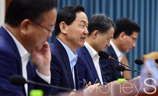 대입 전형료 인하. 사진은 김상곤 사회부총리 겸 교육부 장관(왼쪽 2번째). /사진=임한별 기자