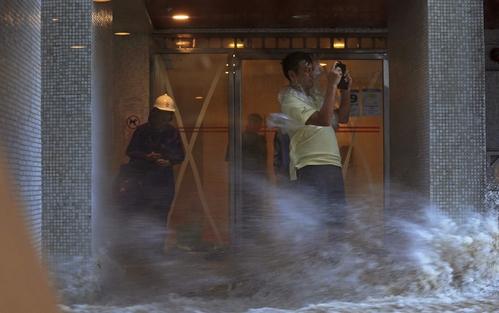 홍콩. 하토. 23일(현지시간) 제13호 태풍 하토가 강타한 홍콩에서 물이 빌딩 안쪽으로 들어오고 있는 모습. /사진=뉴시스(AP 제공)