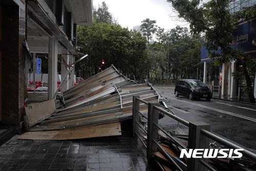 마카오. 태풍 하토. 23일(현지시간) 제13호 태풍 하토가 강타한 홍콩에서 강풍으로 건물 구조물이 쓰러져 있는 모습. /사진=뉴시스(AP 제공)