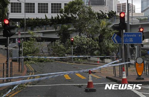 태풍 하토 상륙으로 홍콩에 재산피해가 속출했다. /사진=뉴시스(AP 제공)