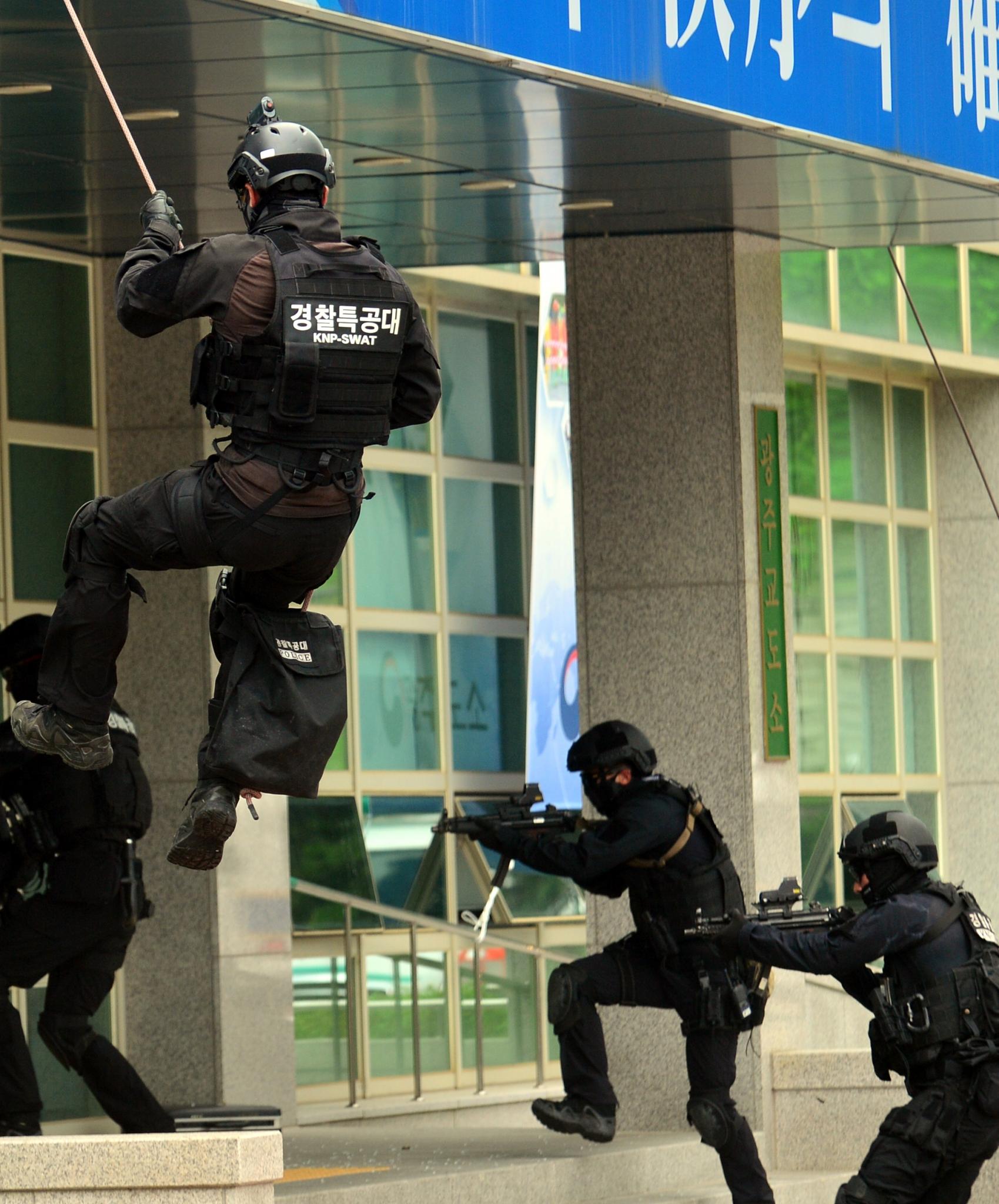 광주교도소. 24일 광주 북구 광주교도소에서 재소자 탈출을 목적으로 교도소에 침투한 적들을 제압하는 을지훈련이 펼쳐졌다. /사진=뉴시스