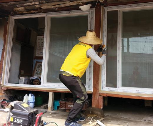 전북 익산시 주택과 주택문화창의센터 관계자가 샷시창호 시공을 하고 있다. /사진제공=전북 익산 시청