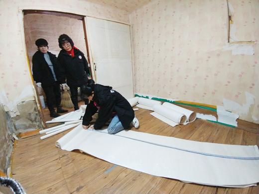 청양군 자원봉사센터 관계자들이 노후주택 도배작업을 하고 있다. /사진제공=충남 청양군청